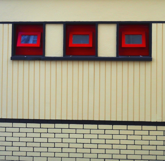 3 Red Windows
